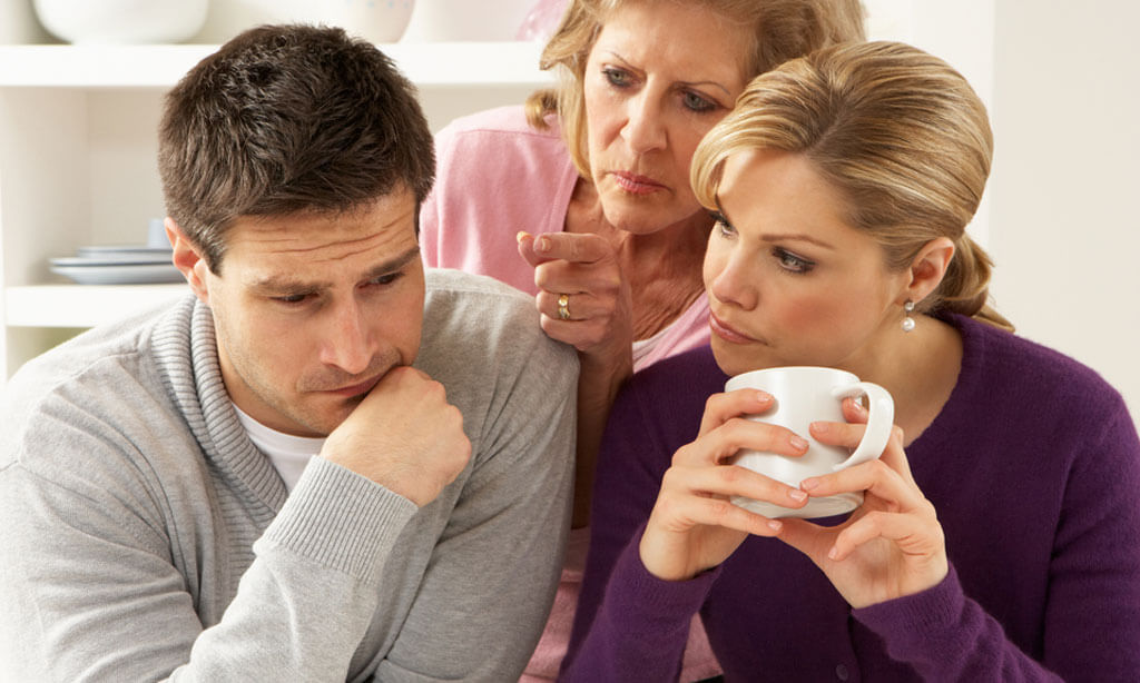 Родители вмешиваются в семейную жизнь молодых