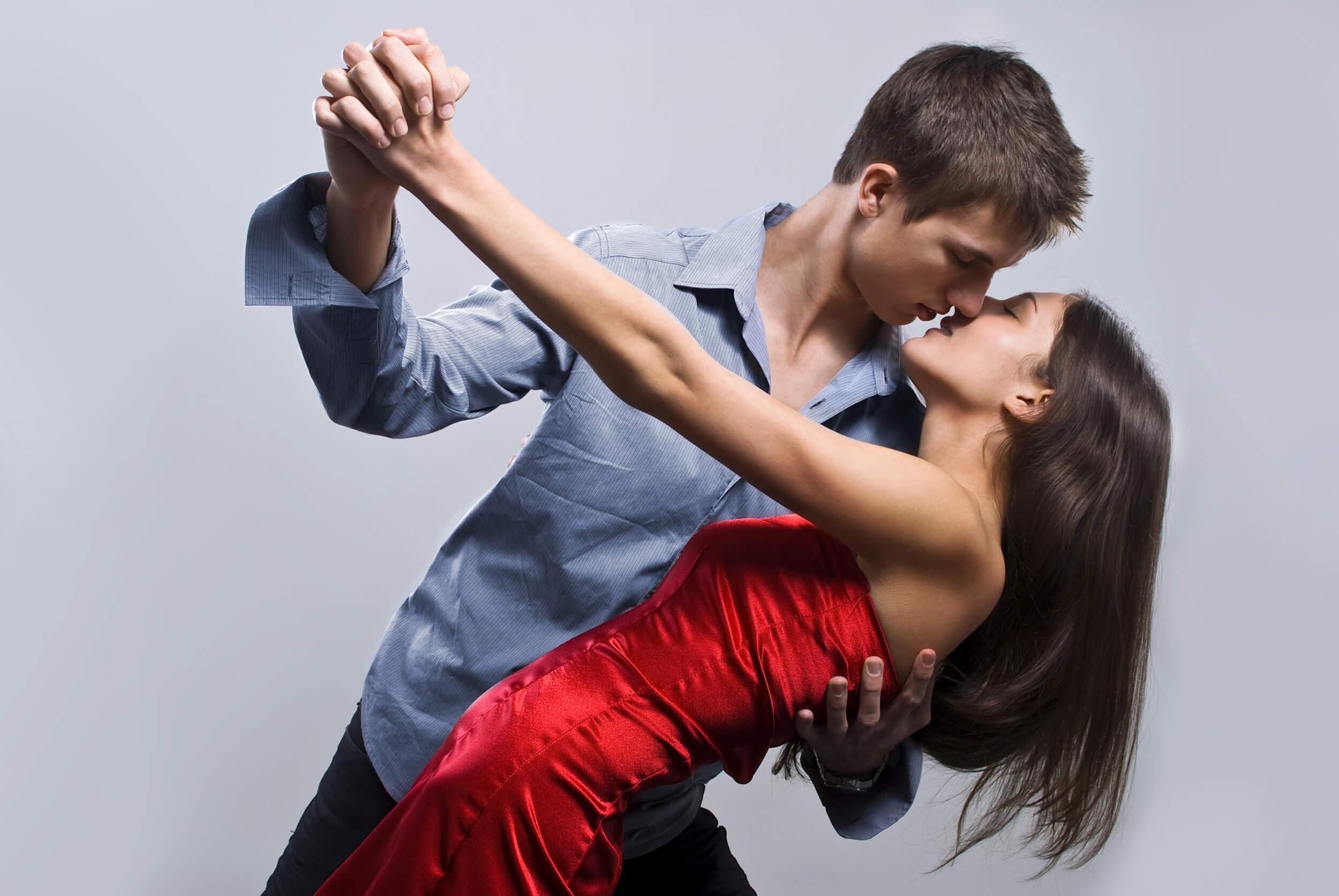 Танцевать в паре — человек, чья поддержка вам сейчас необходима, отдален от вас.