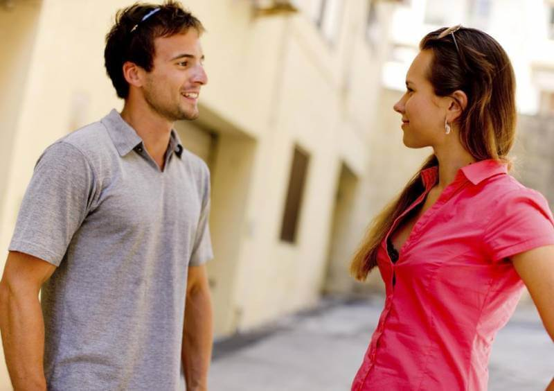 дружелюбное общение с девушкой